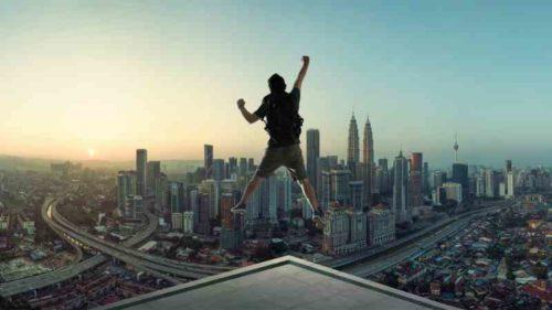 ビルの上でジャンプする人